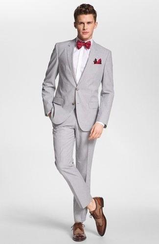 Cómo combinar un corbatín rojo estilo elegante: Elige un traje gris y un corbatín rojo para cualquier sorpresa que haya en el día. Con el calzado, sé más clásico y opta por un par de zapatos derby de cuero marrónes.