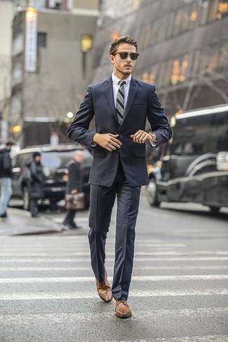 Cómo combinar: traje en gris oscuro, camisa de vestir blanca, zapatos derby de cuero marrónes, corbata de rayas verticales gris