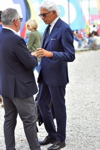 Cómo combinar: traje azul marino, camisa de vestir blanca, zapatos derby de cuero negros, portafolio de cuero negro
