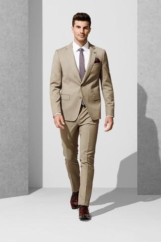 Cómo combinar: traje marrón claro, camisa de vestir blanca, zapatos derby de cuero burdeos, corbata estampada burdeos