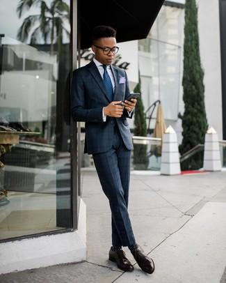 Cómo combinar un pañuelo de bolsillo violeta claro: Ponte un traje de tartán azul marino y un pañuelo de bolsillo violeta claro para conseguir una apariencia relajada pero elegante. Haz zapatos derby de cuero en marrón oscuro tu calzado para mostrar tu inteligencia sartorial.