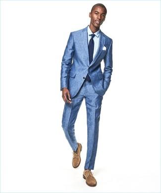 Cómo combinar: traje azul, camisa de vestir celeste, zapatos derby de ante marrón claro, corbata azul marino
