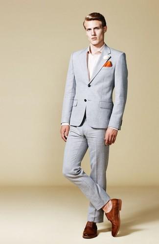 Cómo combinar: traje gris, camisa de vestir rosada, zapatos derby de cuero marrónes, pañuelo de bolsillo naranja