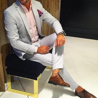 Cómo combinar: traje gris, camisa de vestir rosada, zapatos derby de cuero marrónes, pañuelo de bolsillo de paisley rojo