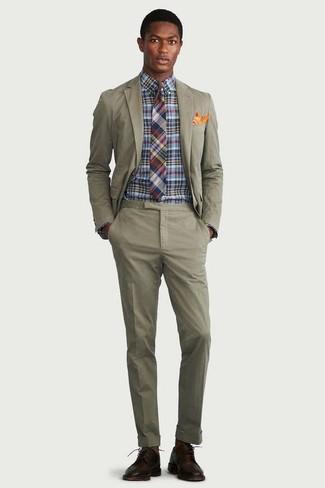 Cómo combinar un pañuelo de bolsillo naranja: Equípate un traje verde oliva con un pañuelo de bolsillo naranja para una vestimenta cómoda que queda muy bien junta. ¿Por qué no ponerse zapatos derby de cuero en marrón oscuro a la combinación para dar una sensación más clásica?