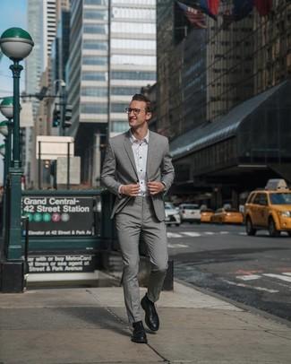 Cómo combinar: traje gris, camisa de vestir blanca, zapatos derby de cuero negros, reloj de cuero negro