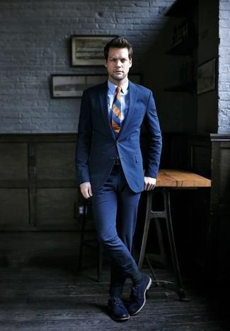 Cómo combinar: traje azul marino, camisa de vestir celeste, zapatos derby de cuero azul marino, corbata de rayas horizontales azul marino