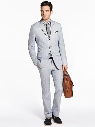 Cómo combinar: traje de seersucker gris, camisa de vestir a cuadros gris, zapatos derby de ante negros, portafolio de cuero marrón