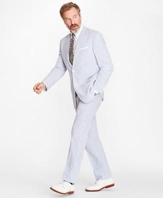 Cómo combinar una corbata con print de flores en multicolor: Elige un traje de seersucker celeste y una corbata con print de flores en multicolor para rebosar clase y sofisticación. Zapatos derby de cuero blancos añadirán interés a un estilo clásico.