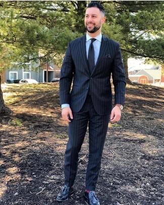 Cómo combinar: traje de rayas verticales negro, camisa de vestir celeste, zapatos derby de cuero negros, corbata negra