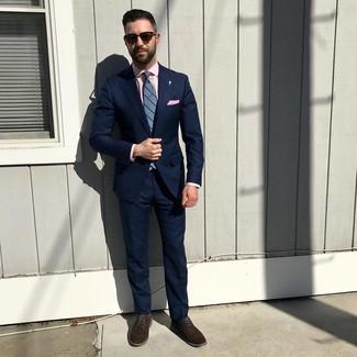 Cómo combinar: traje azul marino, camisa de vestir rosada, zapatos derby de ante en marrón oscuro, corbata de rayas verticales azul