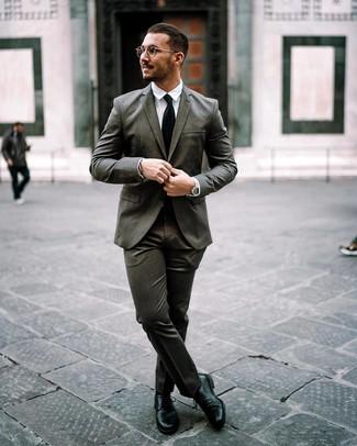 Cómo combinar: traje en gris oscuro, camisa de vestir blanca, zapatos derby de cuero negros, corbata negra