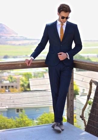 Cómo combinar: traje azul marino, camisa de vestir blanca, zapatos derby de cuero grises, corbata mostaza