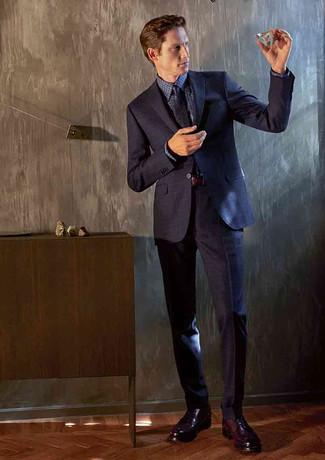 Cómo combinar: traje azul marino, camisa de vestir de cuadro vichy azul marino, zapatos derby de cuero burdeos, corbata estampada azul marino