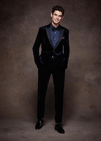 Cómo combinar: traje de terciopelo azul marino, camisa de vestir azul marino, zapatos derby de cuero negros, corbatín negro