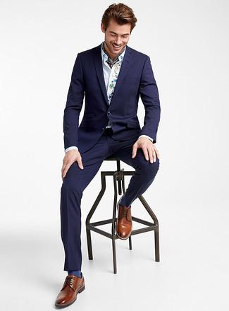 Cómo combinar un traje azul marino: Usa un traje azul marino y una camisa de vestir bordada blanca para una apariencia clásica y elegante. Zapatos derby de cuero marrónes son una opción excelente para complementar tu atuendo.