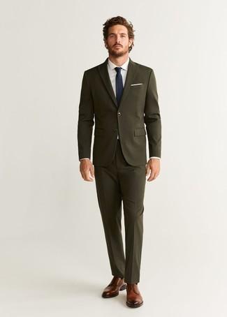 Cómo combinar una corbata azul marino: Usa un traje verde oliva y una corbata azul marino para rebosar clase y sofisticación. Si no quieres vestir totalmente formal, complementa tu atuendo con zapatos derby de cuero marrónes.