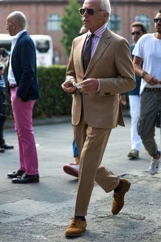 Cómo combinar una camisa de vestir de rayas verticales rosada: Emparejar una camisa de vestir de rayas verticales rosada con un traje marrón claro es una opción buena para una apariencia clásica y refinada. Zapatos derby de ante marrón claro son una opción práctica para completar este atuendo.