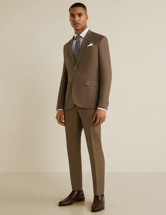 Cómo combinar un traje marrón: Opta por un traje marrón y una camisa de vestir blanca para una apariencia clásica y elegante. ¿Quieres elegir un zapato informal? Usa un par de zapatos derby de cuero en marrón oscuro para el día.