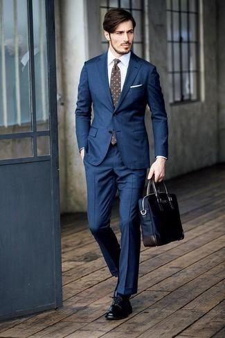 Cómo combinar un portafolio de lona azul marino: Para un atuendo que esté lleno de caracter y personalidad ponte un traje azul marino y un portafolio de lona azul marino. ¿Te sientes valiente? Completa tu atuendo con zapatos derby de cuero negros.