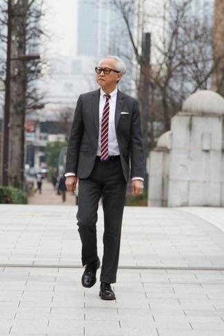 Unos zapatos derby de vestir con una camisa de vestir blanca: Ponte una camisa de vestir blanca y un traje en gris oscuro para rebosar clase y sofisticación. Para el calzado ve por el camino informal con zapatos derby.