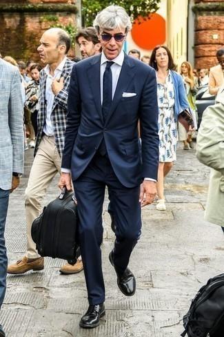 Unos zapatos derby de vestir con una camisa de vestir blanca: Equípate una camisa de vestir blanca junto a un traje azul marino para un perfil clásico y refinado. Si no quieres vestir totalmente formal, opta por un par de zapatos derby.