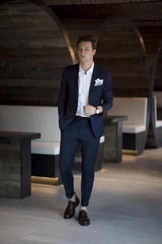 Cómo combinar un pañuelo de bolsillo celeste: Usa un traje azul marino y un pañuelo de bolsillo celeste para una apariencia fácil de vestir para todos los días. Zapatos derby de cuero en marrón oscuro levantan al instante cualquier look simple.