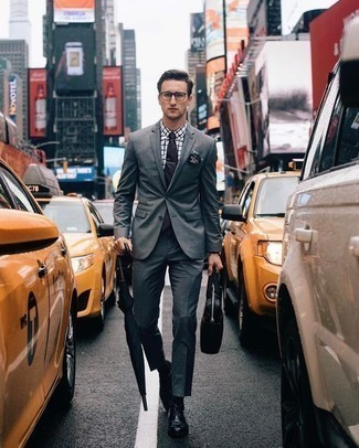 Cómo combinar un pañuelo de bolsillo estampado en azul marino y blanco: Equípate un traje gris junto a un pañuelo de bolsillo estampado en azul marino y blanco para un almuerzo en domingo con amigos. Dale un toque de elegancia a tu atuendo con un par de zapatos derby de cuero negros.