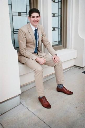 Cómo combinar un traje en beige: Ponte un traje en beige y una camisa de vestir blanca para rebosar clase y sofisticación. Si no quieres vestir totalmente formal, elige un par de zapatos derby de cuero marrónes.
