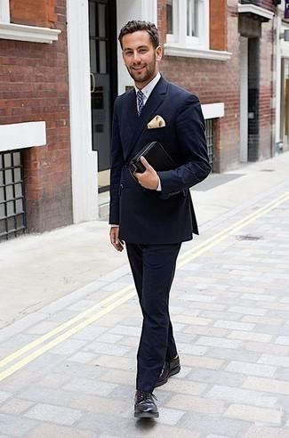 Cómo combinar un bolso con cremallera de cuero negro: La versatilidad de un traje azul marino y un bolso con cremallera de cuero negro los hace prendas en las que vale la pena invertir. Dale un toque de elegancia a tu atuendo con un par de zapatos derby de cuero morado oscuro.