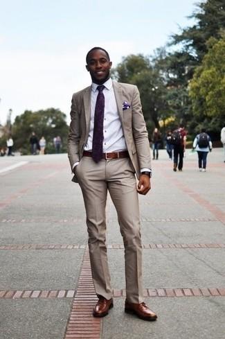 Cómo combinar unos zapatos derby de cuero marrónes: Emparejar un traje en beige junto a una camisa de vestir blanca es una opción atractiva para una apariencia clásica y refinada. ¿Quieres elegir un zapato informal? Elige un par de zapatos derby de cuero marrónes para el día.