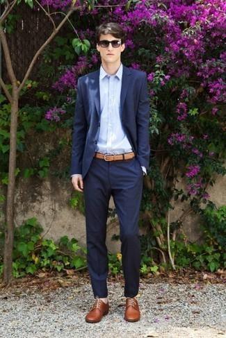 Cómo combinar unos zapatos derby de cuero marrónes: Usa un traje azul marino y una camisa de vestir celeste para rebosar clase y sofisticación. ¿Quieres elegir un zapato informal? Usa un par de zapatos derby de cuero marrónes para el día.