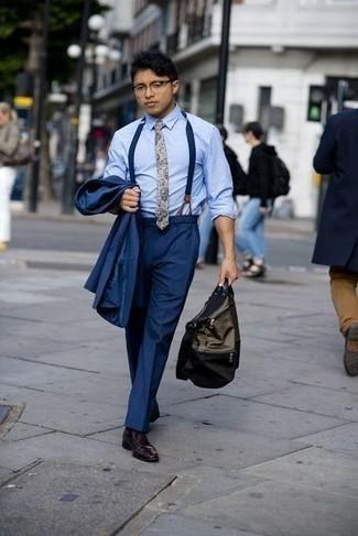 Cómo combinar una bolsa tote de lona verde oliva: Ponte un traje azul marino y una bolsa tote de lona verde oliva para lidiar sin esfuerzo con lo que sea que te traiga el día. Dale onda a tu ropa con zapatos derby de cuero burdeos.