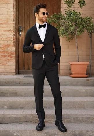 Cómo combinar unos zapatos derby de cuero negros: Emparejar un traje negro con una camisa de vestir blanca es una opción excelente para una apariencia clásica y refinada. Mezcle diferentes estilos con zapatos derby de cuero negros.