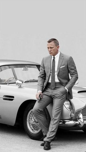 Equípate una parte de arriba blanca junto a una camisa de vestir blanca para una apariencia clásica y elegante. Haz este look más informal con zapatos derby de cuero negros.