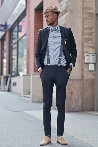Cómo combinar: traje en gris oscuro, camisa de vestir de tartán gris, zapatos oxford de ante en beige, sombrero de lana marrón claro