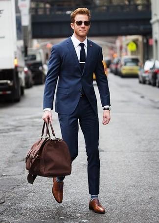 Cómo combinar un traje azul marino: Considera ponerse un traje azul marino y una camisa de vestir blanca para un perfil clásico y refinado. Zapatos oxford de cuero marrónes son una opción incomparable para completar este atuendo.