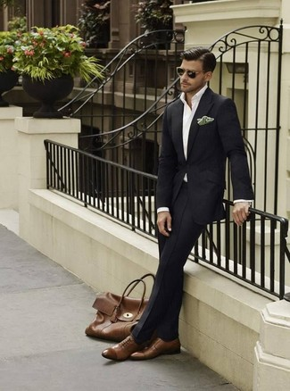 Cómo combinar un pañuelo de bolsillo de seda verde oscuro: Intenta combinar un traje negro junto a un pañuelo de bolsillo de seda verde oscuro para un almuerzo en domingo con amigos. Elige un par de zapatos oxford de cuero marrónes para mostrar tu inteligencia sartorial.