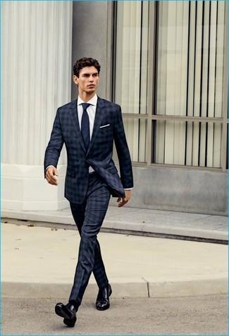 Cómo combinar: traje de tartán azul marino, camisa de vestir blanca, zapatos oxford de cuero negros, corbata azul marino