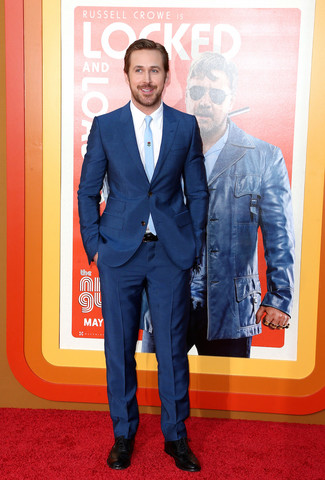 Look de Ryan Gosling: Traje Azul Marino, Camisa de Vestir Blanca, Zapatos Oxford de Cuero Negros, Corbata Celeste