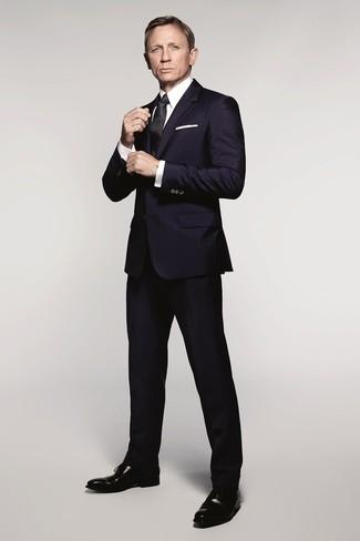 Look de Daniel Craig: Traje Azul Marino, Camisa de Vestir Blanca, Zapatos Oxford de Cuero Negros, Corbata de Seda Negra