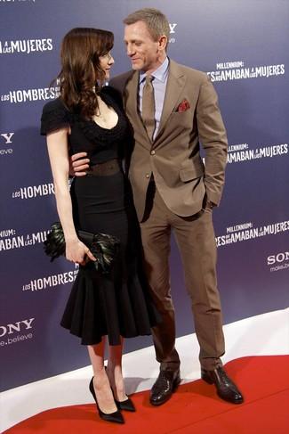 Look de Daniel Craig: Traje Marrón, Camisa de Vestir Violeta Claro, Zapatos Oxford de Cuero en Marrón Oscuro, Corbata Marrón
