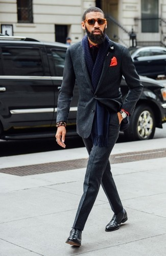 Cómo combinar: traje de lana en gris oscuro, camisa de vestir de tartán roja, zapatos oxford de cuero negros, corbata negra