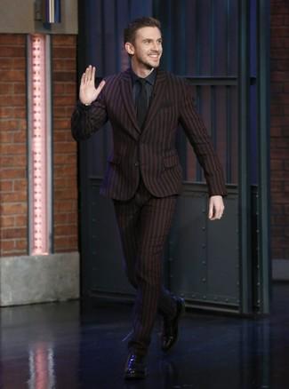 Cómo combinar: traje de rayas verticales burdeos, camisa de vestir azul marino, zapatos oxford de cuero negros, corbata negra