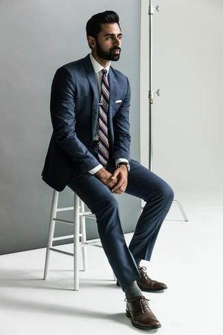 Cómo combinar: traje azul marino, camisa de vestir blanca, zapatos oxford de cuero en marrón oscuro, corbata de rayas verticales gris