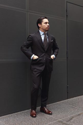 Cómo combinar: traje negro, camisa de vestir celeste, zapatos oxford de cuero en marrón oscuro, corbata estampada en marrón oscuro