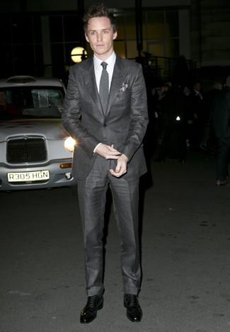 Cómo combinar: traje en gris oscuro, camisa de vestir blanca, zapatos oxford de cuero negros, corbata de punto gris