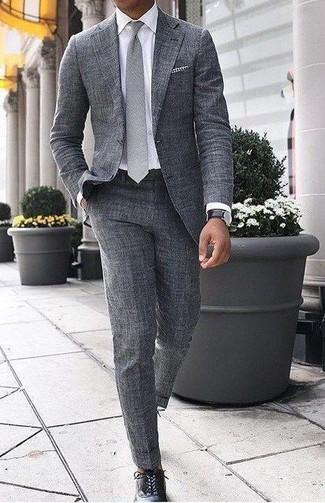 Cómo combinar: traje de lana gris, camisa de vestir blanca, zapatos oxford de cuero negros, corbata gris