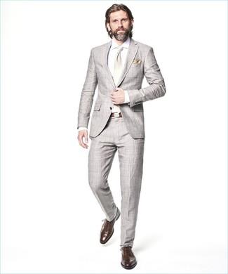 Cómo combinar: traje a cuadros gris, camisa de vestir blanca, zapatos oxford de cuero marrónes, corbata de seda blanca