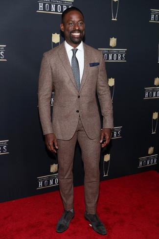 Cómo combinar: traje marrón, camisa de vestir blanca, zapatos oxford de ante en marrón oscuro, corbata estampada en gris oscuro